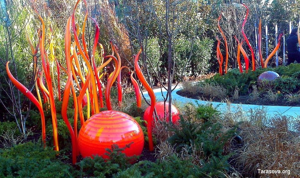 Расположение всех стеклянных фигур и цветов тщательно продумано и гармонично вписано с структуру сада